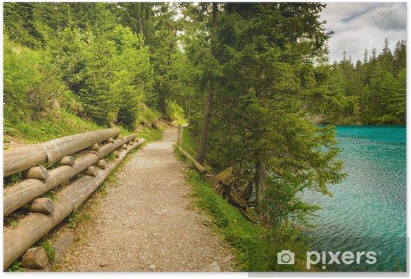 Póster Sendero de grava en las montañas cerca de lago turquesa. - Europa