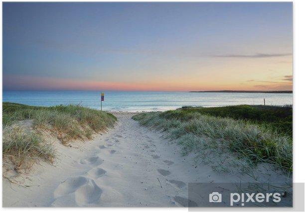 Poster Sentier de plage de sable fin au crépuscule coucher du soleil en Australie - Océanie
