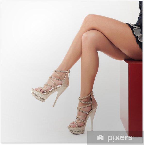 30b01ea4d57 Poster Sexig ung kvinna ben med höga hells skor på vit bakgrund. - Teman