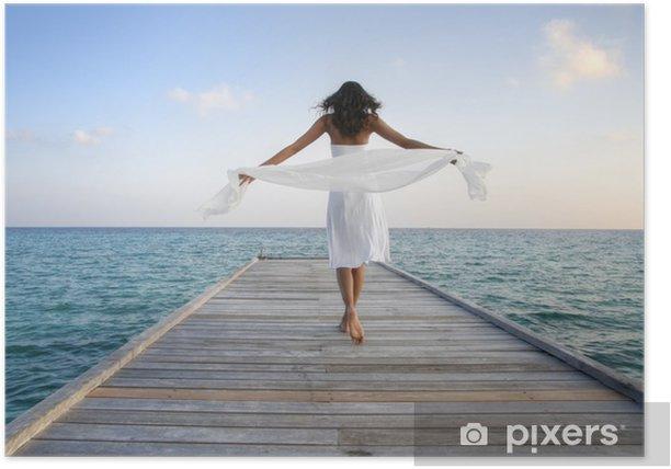 Poster Sexy gelukkige vrouw in witte kleren staat op een steiger (Maldiven) - Schoonheid en Lichaamsverzorging