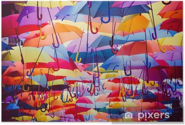 Póster Sombrillas de colores que cuelgan por encima de la calle - Recursos gráficos