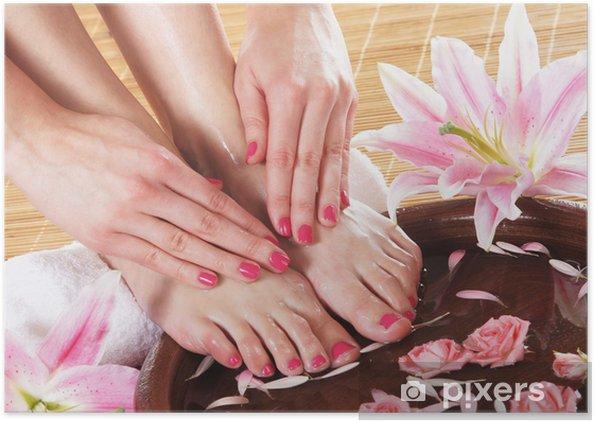 Poster Spa achtergrond met mooie voeten, bloemen en een keramische kom - Schoonheid en Lichaamsverzorging