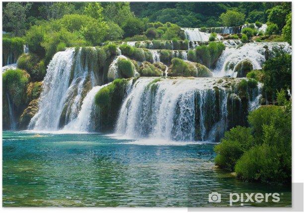 Poster Sprookjesachtige waterval omringd door groen - Watervallen