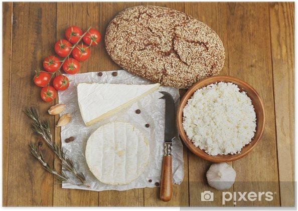 Poster Stilleven met zuivelproducten en brood op houten tafel - Kaas