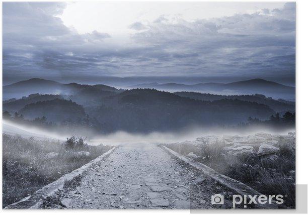 Poster Stony chemin menant à de grandes montagnes brumeuses - Ciel