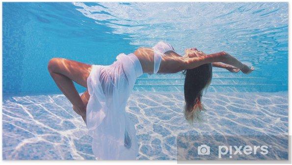 Póster Submarino Retrato de moda mujer en la piscina. - Belleza y cuidado personal