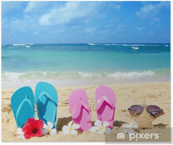 2d4e096581e Poster Tongs et étoiles de mer avec des lunettes de soleil sur la plage de  sable