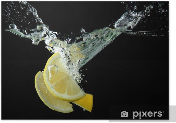 Poster Tranches de citron dans l'eau sur fond noir - Fruits