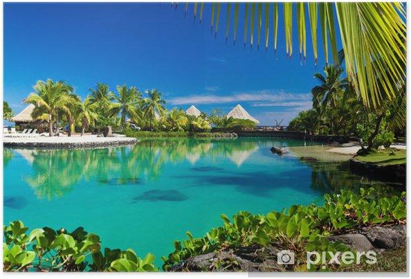 Poster Tropisch resort met een groene lagune en palmbomen - Palmbomen