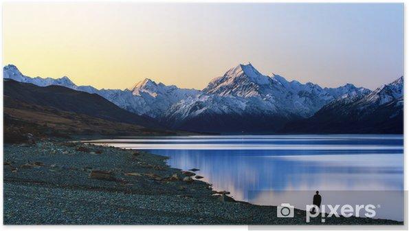 Póster Un hombre de pie frente a la montaña - Montañas