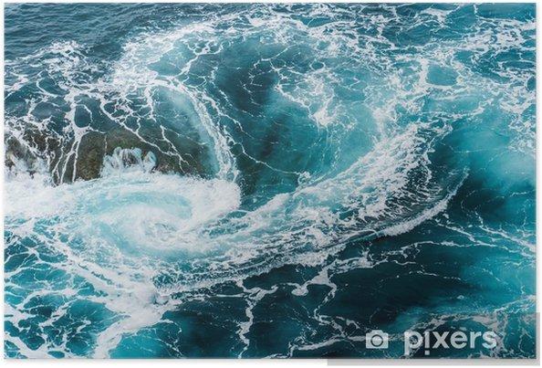 Poster Vagues d'eau mousseuses vertigineuses, tourbillonnantes à l'océan, photographiées d'en haut - Paysages