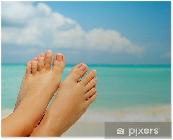 Poster Vakantie Concept. Vrouw Blote Voeten over zee achtergrond - Vakantie
