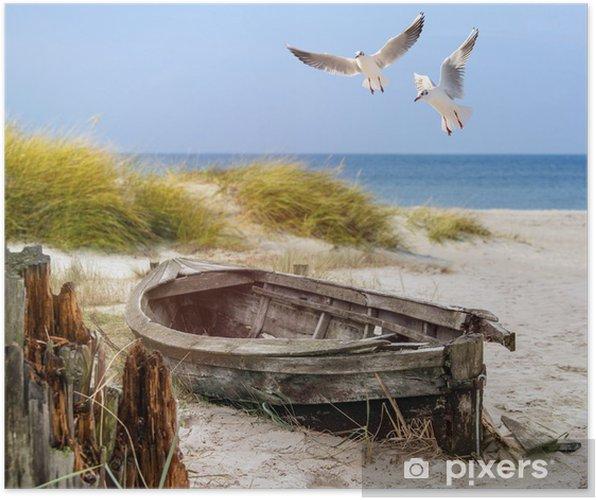 Póster Viejo barco de pesca, gaviotas, playa y mar - Barcos y yates