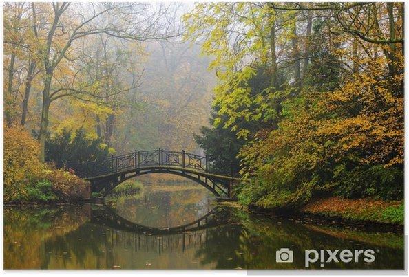 Poster Vue panoramique du paysage d'automne brumeux avec beau vieux pont dans le jardin avec feuillage d'érable rouge. - Paysages