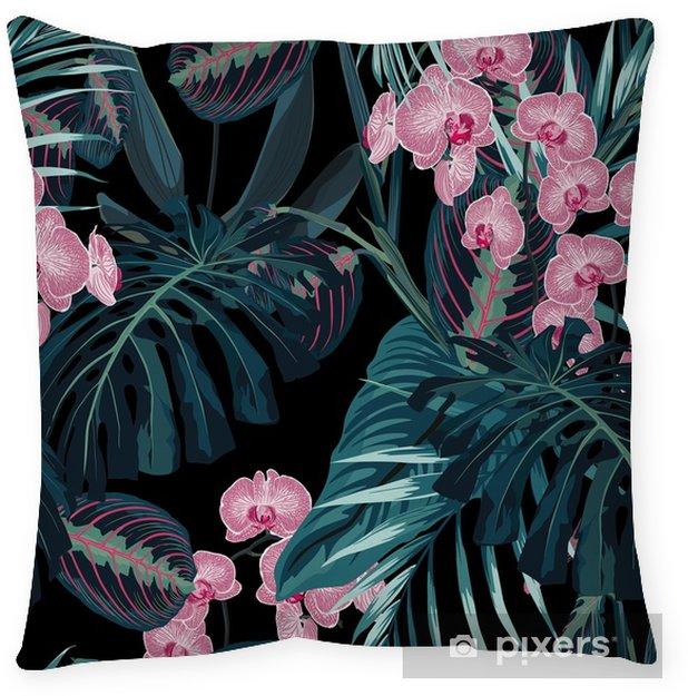 Poszewka na poduszkę Wzór, ciemnozielone palmy liści i tropikalne różowe kwiaty orchidei na czarnym tle. zabytkowy styl. - Rośliny i kwiaty
