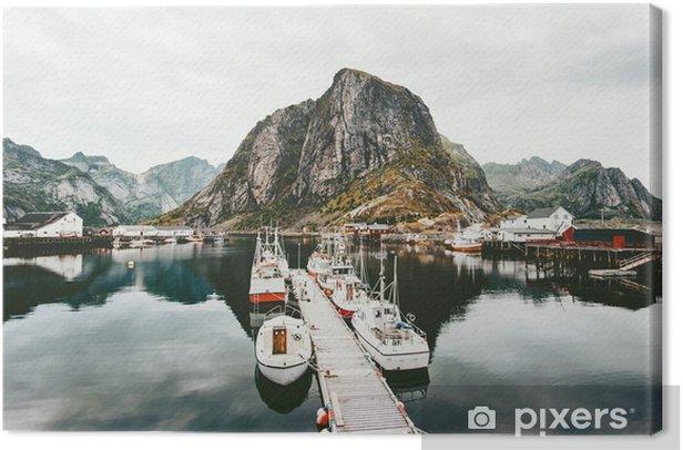 Quadro su Tela Lofoten isole montagne rocciose e barche sul mare in Norvegia paesaggio selvaggio natura scandinava vista panoramica scenario di viaggio - Viaggi