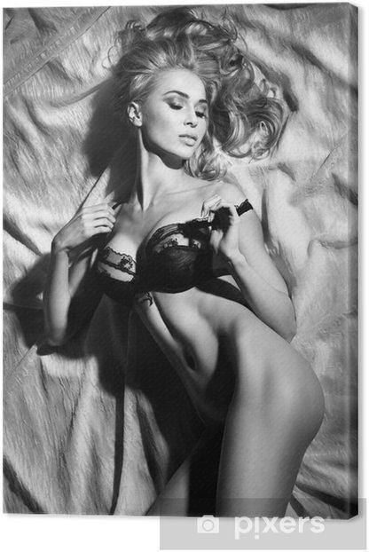Quadro su Tela Ritratto di sensuale signora bionda che dorme in posa sexy. - Lingerie