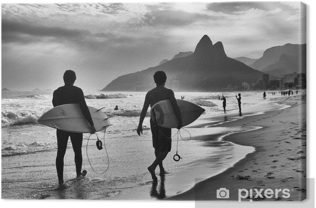 Quadro su Tela Vista panoramica in bianco e nero di Rio de Janeiro, in Brasile tra i surfisti brasiliani camminano lungo la riva della spiaggia di Ipanema - Città Americane