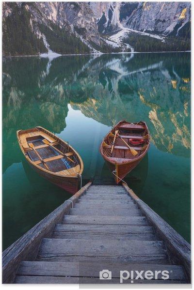 Både på Braies søen (Pragser Wildsee) i Dolomites mounta Selvklæbende plakat - Landskaber