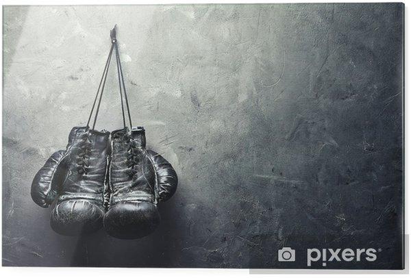 Tableau en verre Vieux gants de boxe pendent sur l'ongle sur le mur de texture - Style de vie