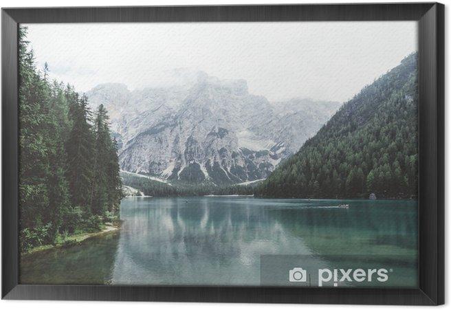 Tableau encadré Lac Braies avec de l'eau verte et les montagnes avec trees__ - Détente