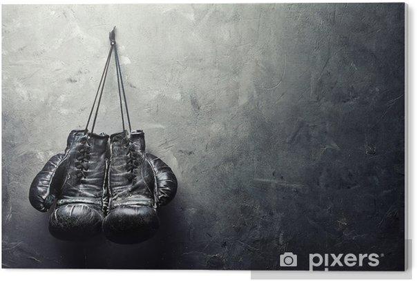 Tableau Plexiglas Vieux gants de boxe pendent sur l'ongle sur le mur de texture - Style de vie