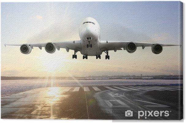 Tableau sur toile Atterrissage avion de passagers sur la piste de l'aéroport. Soirée - Thèmes