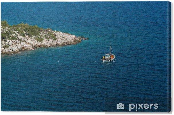 Tableau sur toile Bateau traditionnel de pêche près d'un promontoire en Grèce - Europe