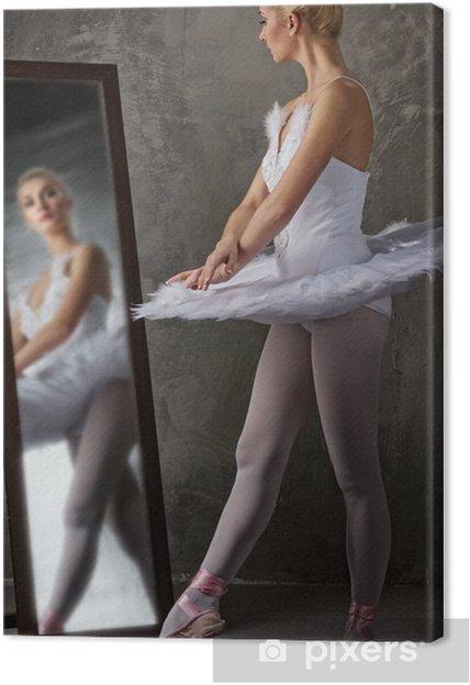 Tableau sur toile Belle danseuse de ballet près du miroir - Ballet