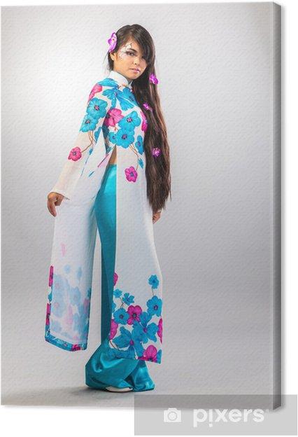 Tableau sur toile Belle femme asiatique porte une robe nationale - Femmes