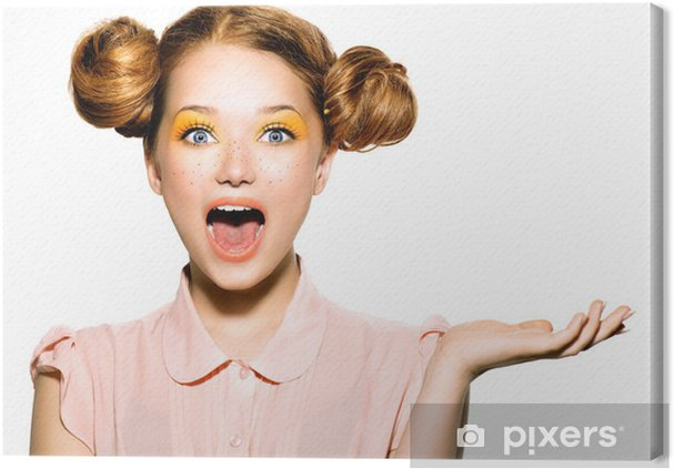 Tableau sur toile Belle joyeuse fille de l'adolescence avec des taches de rousseur et maquillage jaune - Adolescents