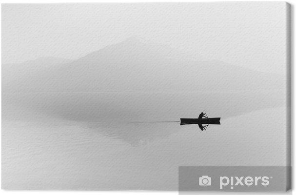 Tableau sur toile Brouillard sur le lac. Silhouette de montagnes en arrière-plan. L'homme flotte dans un bateau avec une pagaie. Noir et blanc - Passe-temps et loisirs