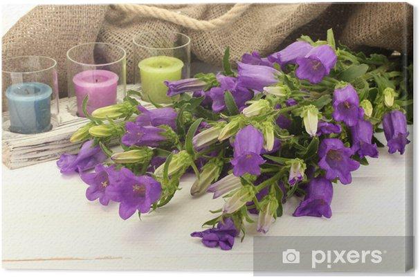 Tableau sur toile Clochettes bleues, des bougies et toile de jute sur blanc bois - Fleurs