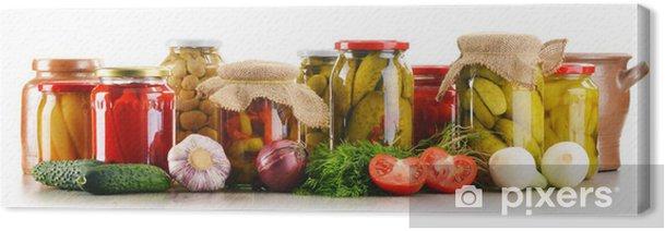 Tableau sur toile Composition avec des bocaux de légumes marinés. Aliments marinés - Légumes