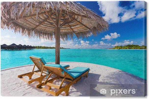 Tableau sur toile Deux chaises et un parasol sur la plage tropicale - Vacances