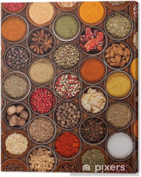 Tableau sur toile Différentes sortes d'épices sur fond de bois - Culinaire