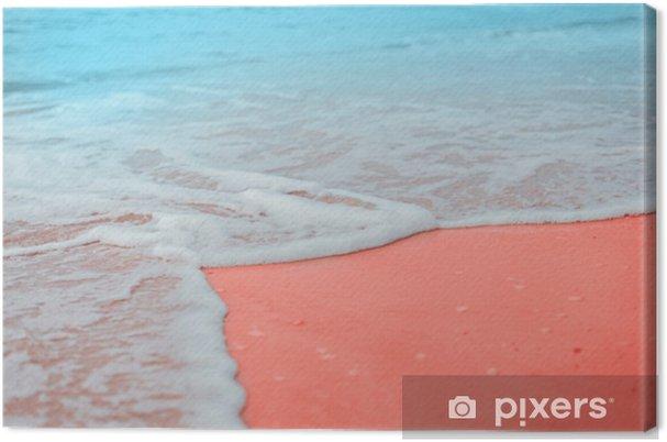 Tableau sur toile Douces vagues bleues de la mer avec de la mousse blanche sur la plage de sable fin tonales corail vivant couleur créative et de mauvaise humeur de la photo. - Paysages