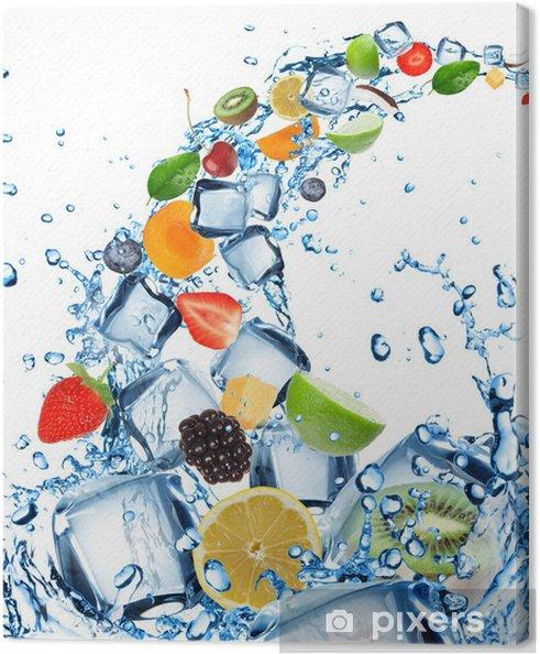 Tableau sur toile Fruits frais dans les projections d'eau avec des glaçons - Fruits