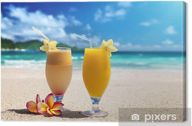 Tableau sur toile Jus de fruits frais sur une plage tropicale - Jus