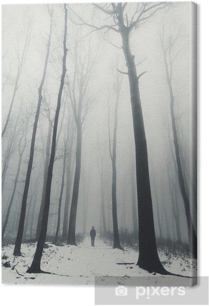 Tableau sur toile L'homme dans la forêt avec de grands arbres en hiver - Paysages