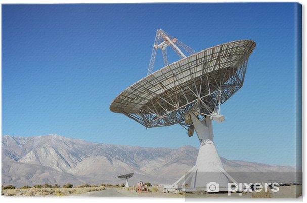 Tableau sur toile Les antennes paraboliques dans le désert / ciel bleu clair - Désert