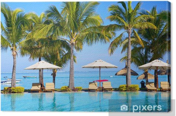 Tableau sur toile Piscine avec parasols sur la plage à l'île Maurice - Destin