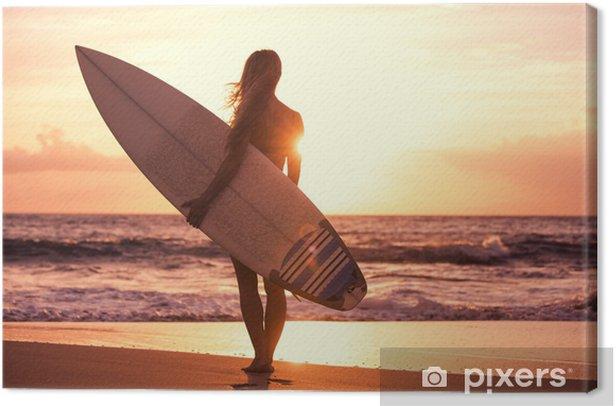 Tableau sur toile Silhouette de fille de surfer sur la plage au coucher du soleil - Vacances
