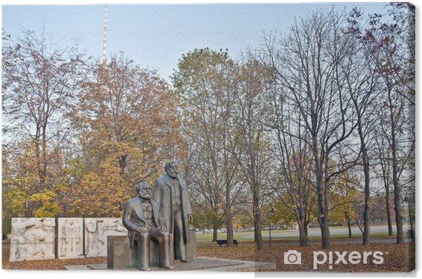 Tableau sur toile Statue de Karl Marx et Friedrich Engels à Berlin, Allemagne - Villes européennes
