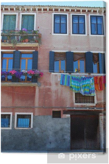 Tableau sur toile Suspendre les vêtements mouillés sur un vieux mur de la maison à Venise, Italie - Villes européennes