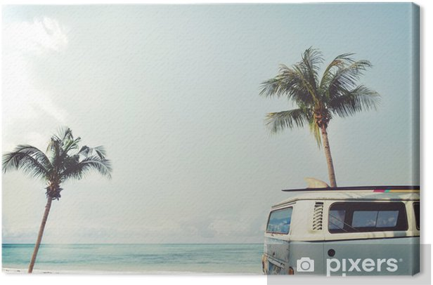 Tableau sur toile Vintage voiture stationnée sur la plage tropicale (bord de mer) avec une planche de surf sur le toit - voyage de loisirs en été - Passe-temps et loisirs