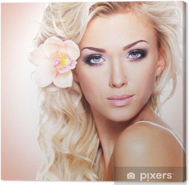 tableau sur toile visage d 39 une belle femme avec une fleur. Black Bedroom Furniture Sets. Home Design Ideas