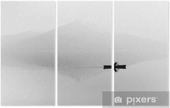 Triptychon Nebel über dem See. Silhouette der Berge im Hintergrund. Der Mann schwimmt in einem Boot mit einem Paddel. Schwarz und weiß - Hobbys und Freizeit