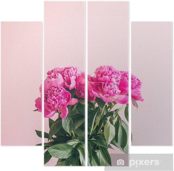 Vierluik Een boeket van mooie pioenrozen op een roze achtergrond. - Bloemen en Planten