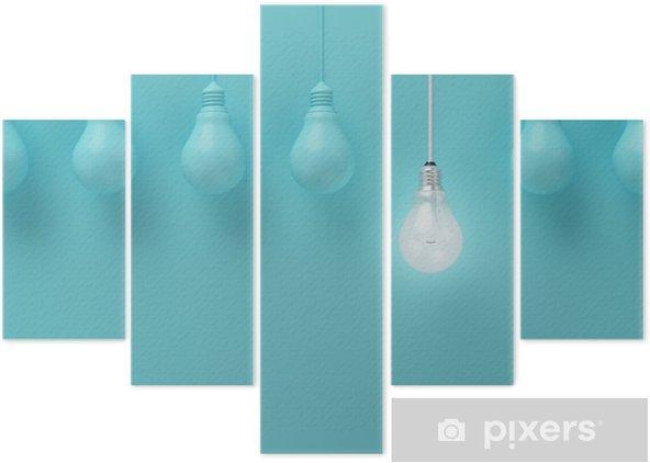 Vijfluik Opknoping gloeilampen met gloeiende een ander idee op lichte blauwe achtergrond, Minimal conceptenidee, plat, top - Business